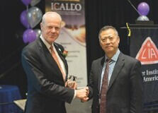 Der ehemalige LIA-Präsident Lin Li (rechts) verlieh Prof. Poprawe am 25. Oktober 2017 während des 36. ICALEO Kongresses in Atlanta den »Peter M. Baker Leadership Award« für sein außerordentliches Engagement in der Laser Community.